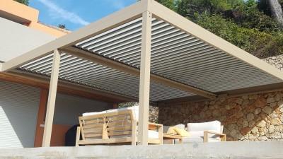 installer une pergola bioclimatique avec rideaux de verre pour une pi ce vivre toute l ann e. Black Bedroom Furniture Sets. Home Design Ideas